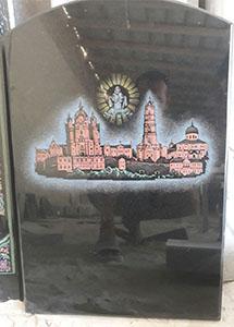 цветная надпись на мраморном памятнике