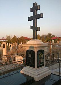 мраморный памятник с крестом и гранитной черной вставкой