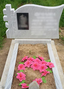 мраморный памятник с черной вставкой